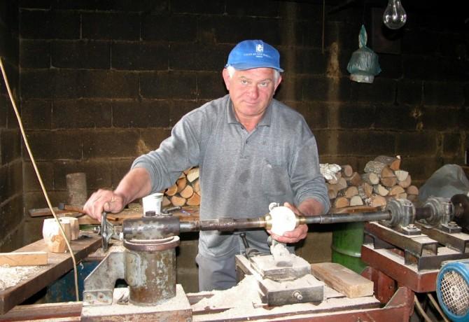 Ante Proloscic radi balote u svojoj radionici