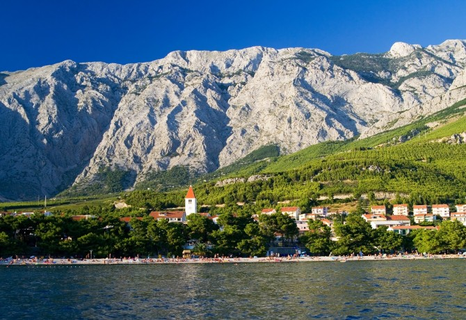 Promajna inserted between the mountain and the sea