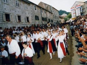6 Ures u Sinjskoj gradskoj glazbi su lijepe djevojke u izvornoj živopisnoj nošnji puka Cetinskog kraja