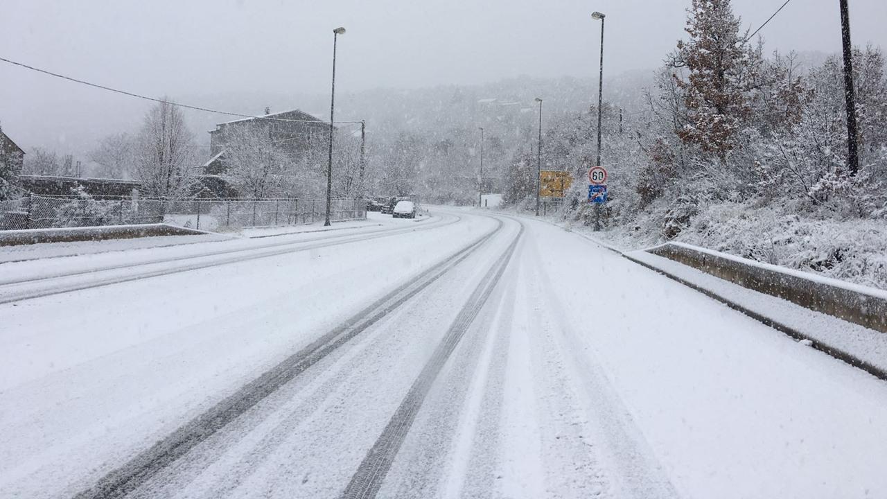HAK: Kolnici mokri i skliski, pada snijeg i tuča Za kamione s prikolicama i tegljače s poluprikolicama trenutno nema slobodnog cestovnog pravca iz smjera unutrašnjosti prema Dalmaciji i Rijeci te obrnuto, zbog zimskih uvjeta i vjetra