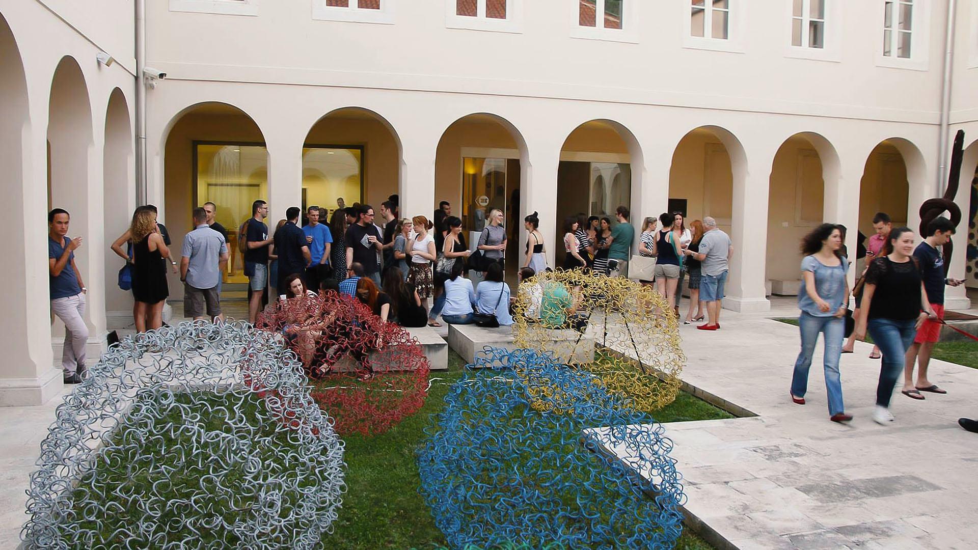 Splitska Galerija umjetnina poziva... Galerija umjetnina ima čast pozvati vas na otvorenje ljetne programske sezone uz razgovor, otvorenja i koncert