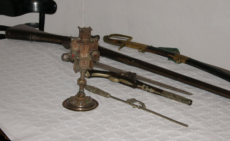 Dragocjeni Poljakov križ s etno-predmetima(trofejnim oružjem i oruđem)