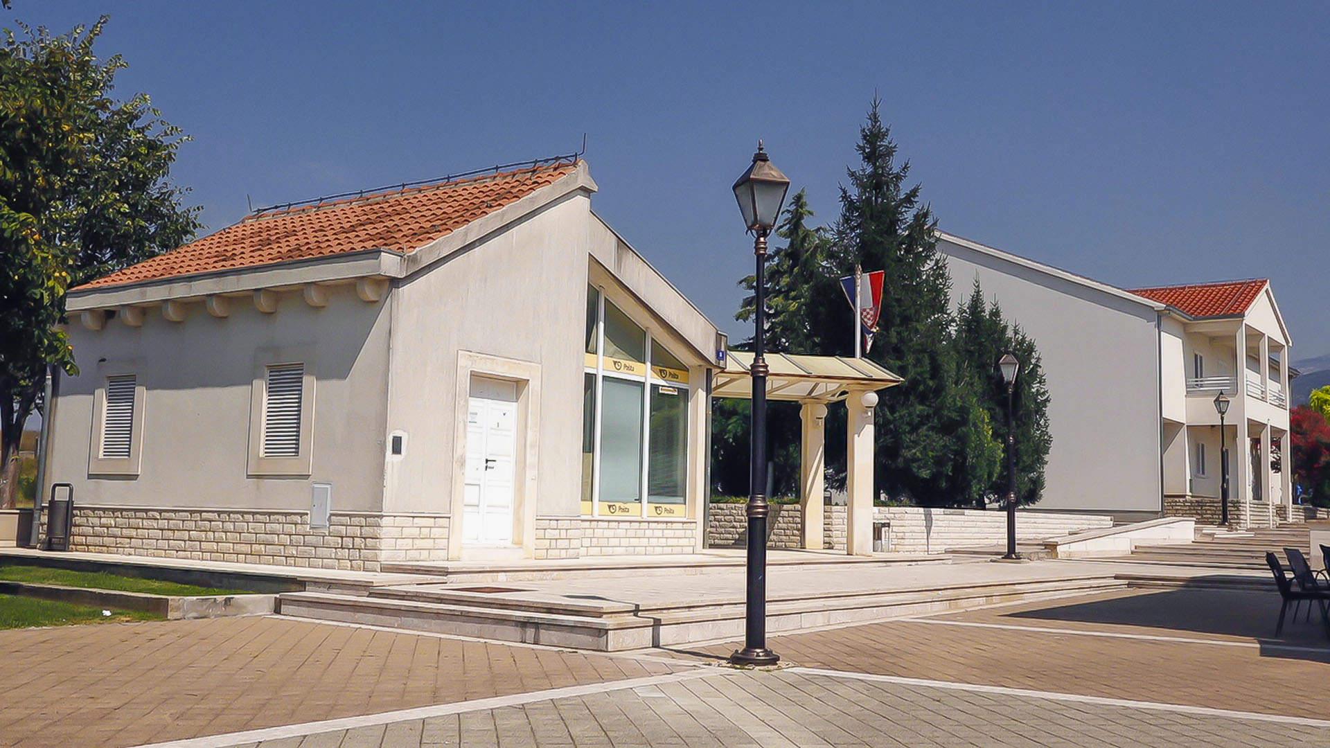 Otok se diči ljudima i Cetinom