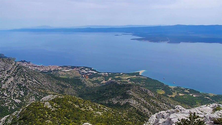 Četiri hrvatska otoka na listi najboljih mediteranskih destinacija Na listi najpopularnijih turističkih destinacija ponovno se našla i Hrvatska. Britanski Daily Telegraph uvrstio je Brač, Hvar, Vis i Mljet, na listu od 25 mjesta koje bi preporučili za obiteljski odmor.