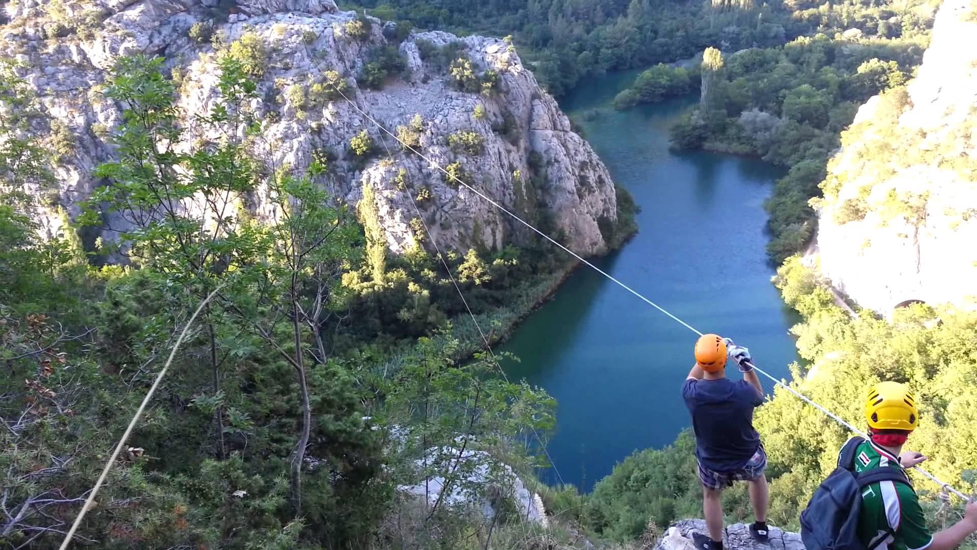 U Hrvatskoj najduži zip-line u Europi: Može se dostići brzina od 100 km/h Nalazi se u Lici, samo 30 kilometara od Plitvičkih jezera i vrijedan je oko dva milijuna kuna. To je i prvi zip-line kod nas niz koji se spušta u ležećem položaju
